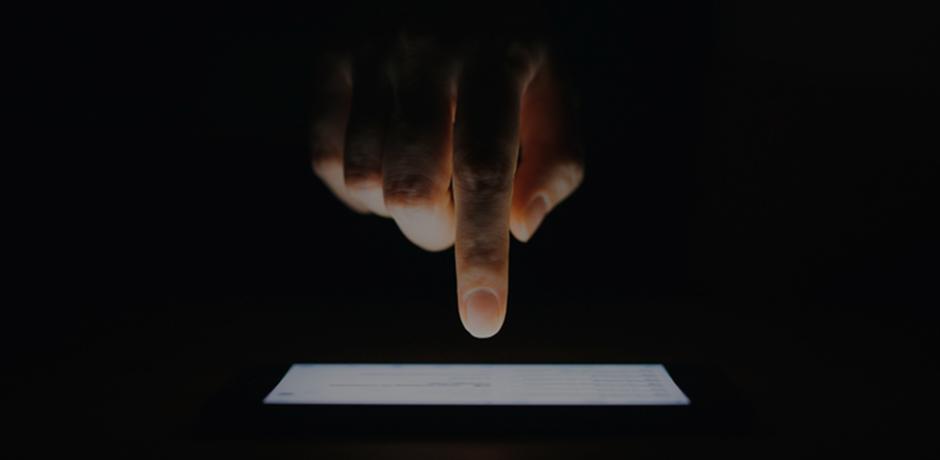 モバイル端末に触れるイメージ